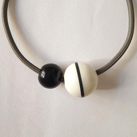 Collana Equatore, bianco e nero deca nera, cavo grigio.elettrico