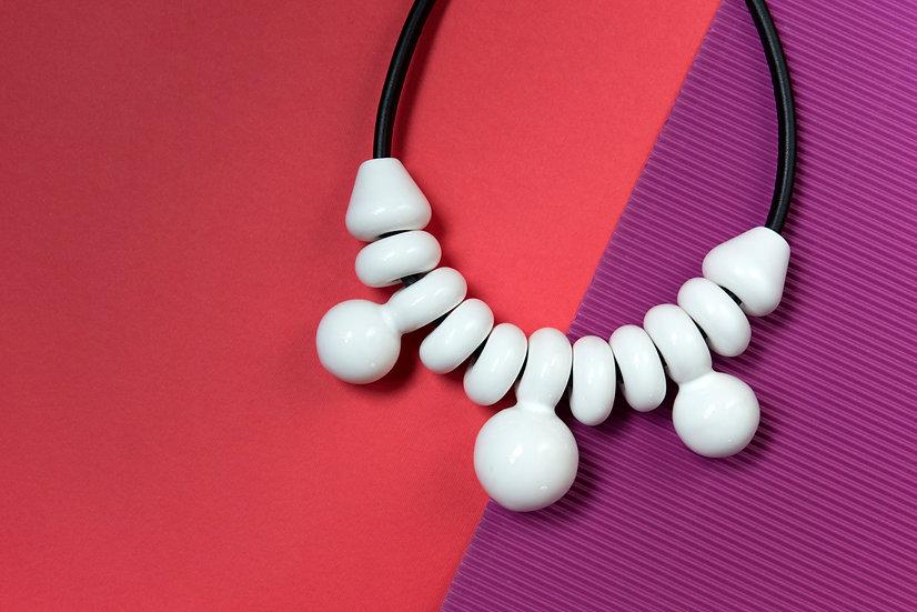 Collana MIZ Grande Bianco, collana in ceramica, pelle e ottone