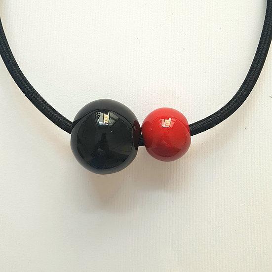 Collana in ceramica Due Sfere, Rosso e Nero, cavo elettrico