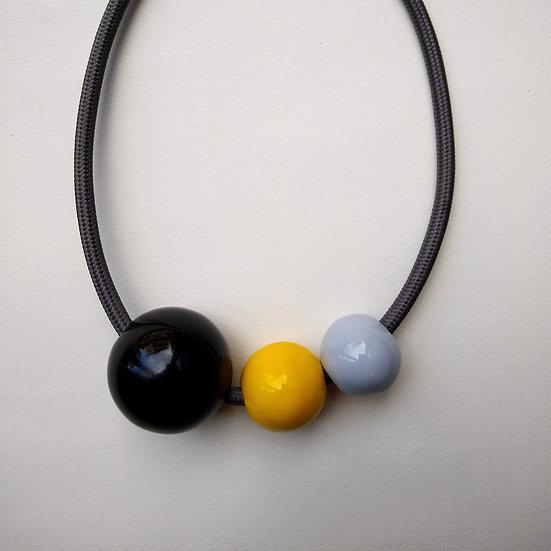 Collana TERNO a tre sfere. Nero, senape, grigio