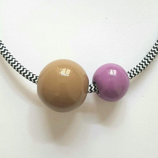 Collana in ceramica Due Sfere, Tabacco e Viola, cavo elettrico