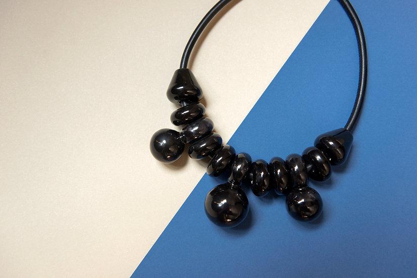 Collana MIZ Grande Nero, collana in ceramica, pelle e ottone