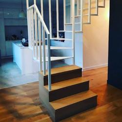 Escalier blanc, limon crémaillère, march