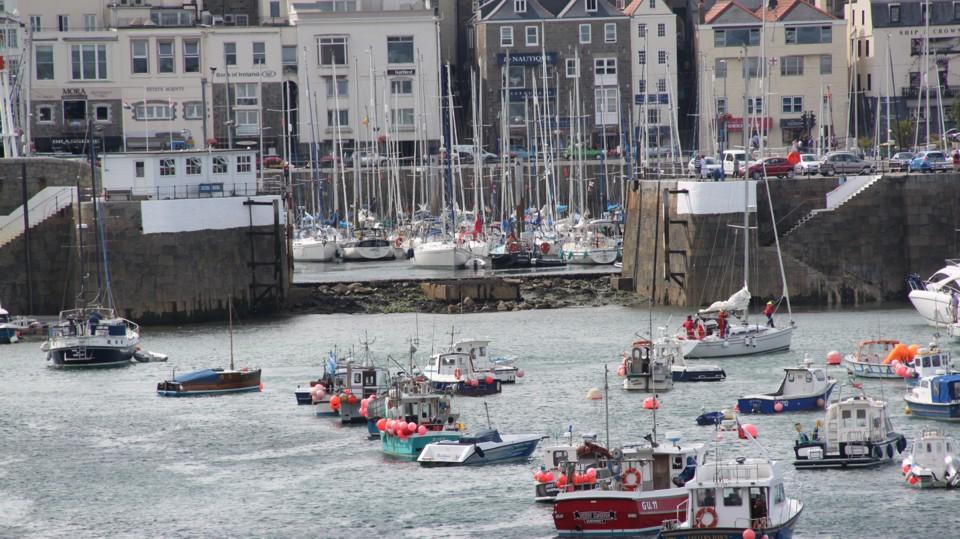 Guernsey, a marina bejárata apálykor