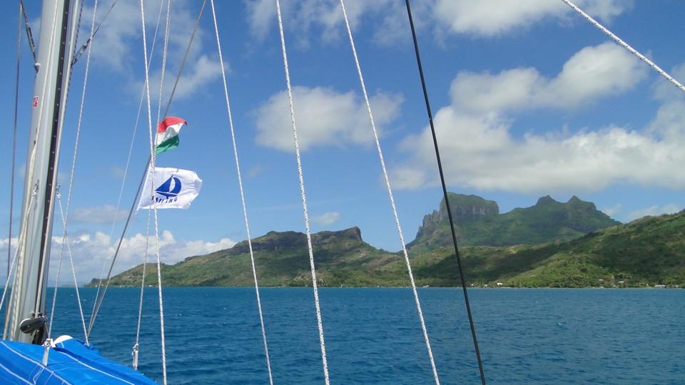 Hajónk Bora Bora előtt