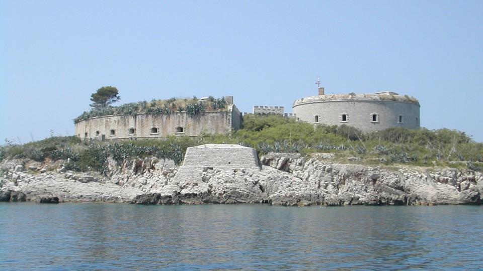 A Kotori-öböl egyik erődítménye