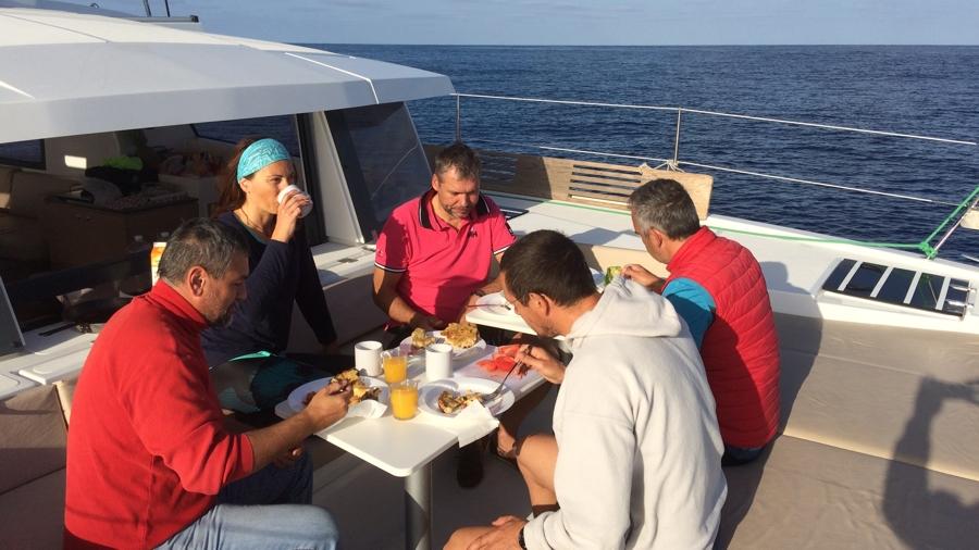 reggeli a hajóorrban