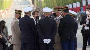 Une seconde tribune de militaires