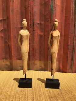 Statuettes femmes en bois .jpg