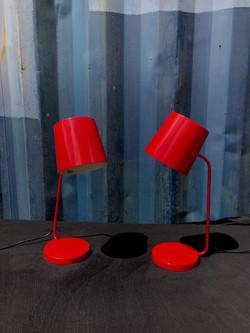 Lampe de bureau rouge.