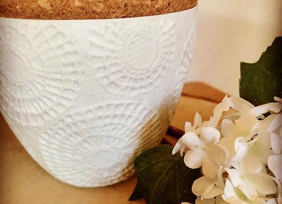 bougie parfumée dans contenant porcelaine texturée