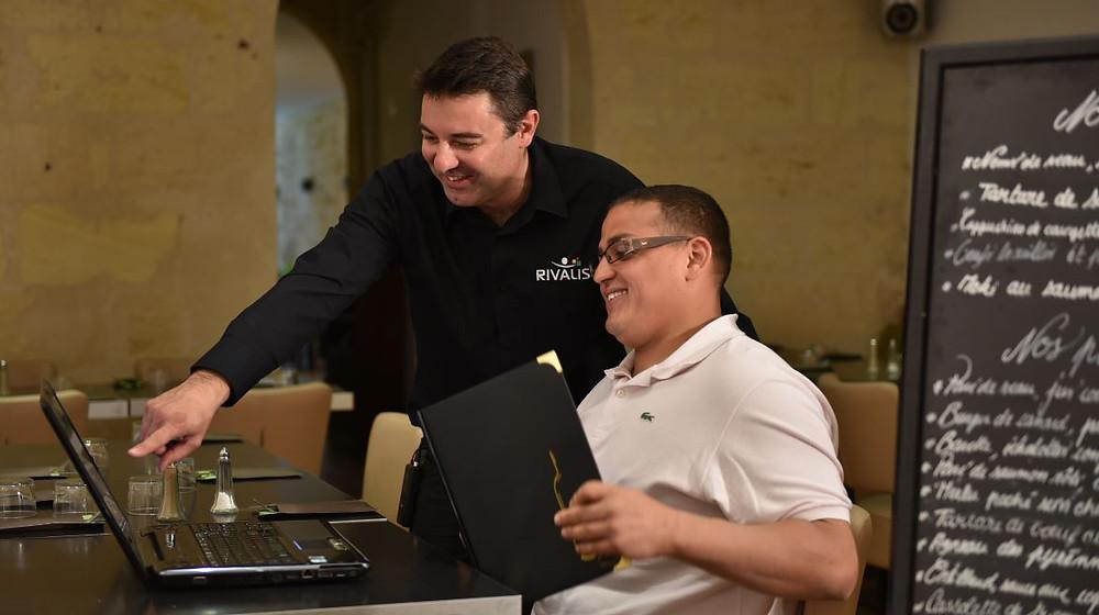 Mohamed, restaurateur (33) et son Conseiller Rivalis travaillent sur l'outil Rivalis Restaurant