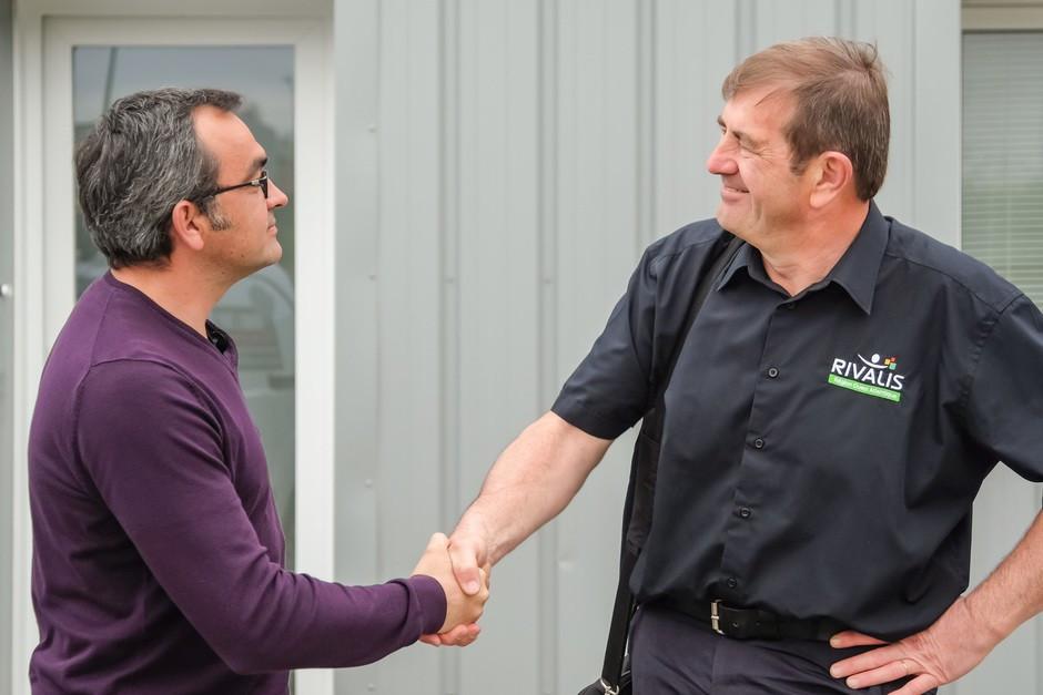 Franck serre la main à son Conseiller Rivalis Christophe Defontenay