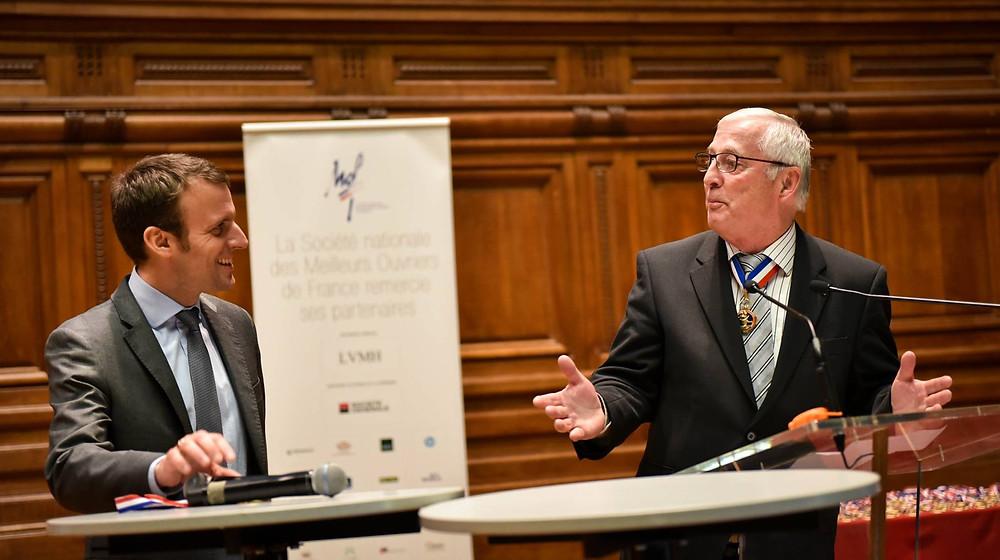 Emmanuel Macron (Ministre de l'Economie) et Gérard Rapp (Président de la Société nationale des Meilleurs Ouvriers de France)