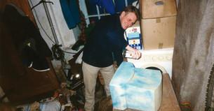 Damien Valdan qui bombe un ordinateur Rivalis en bleu en 1994