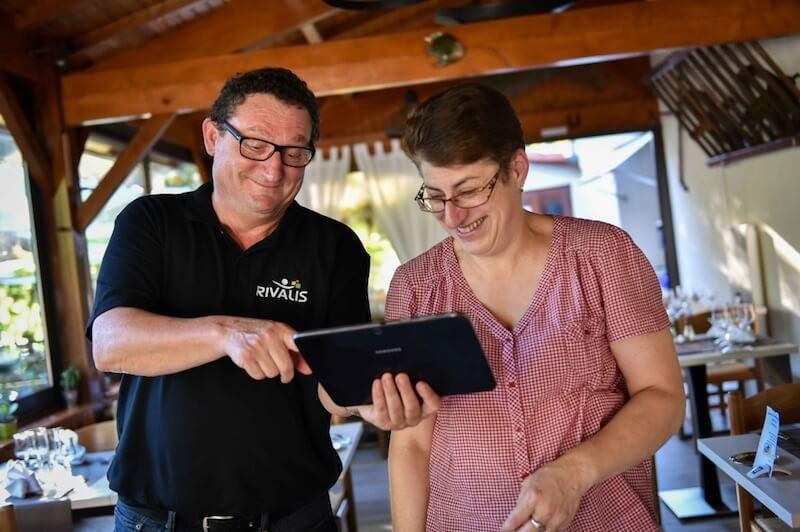 Jean-Paul Planchot et l'une de ses clientes