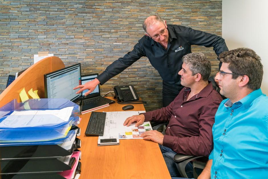 Nelson & Carlos travaillant avec leur Conseiller Rivalis Christian BIET