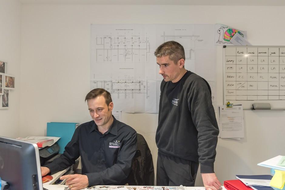 David Brunet contrôle les chiffres de l'entreprise de Julien sur le logiciel Rivalis