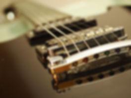 Saiten reißen an der Gitarre Brücke