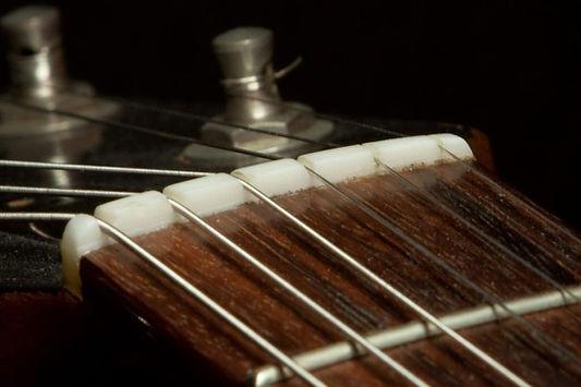 Gitarre Sattel, Saiten reißen falls zu scharf