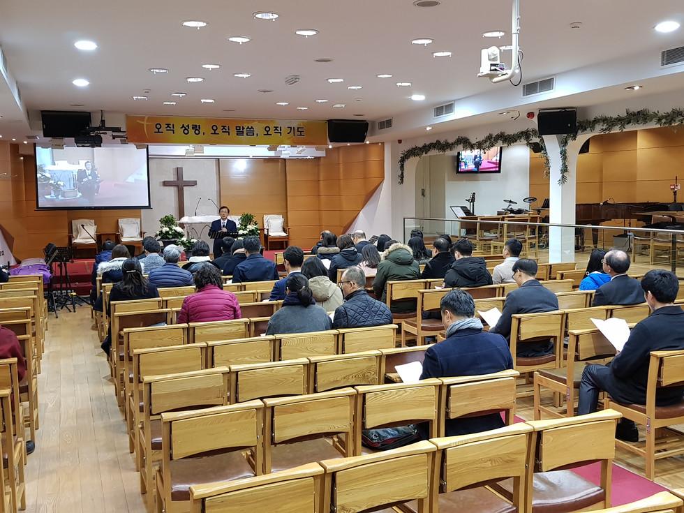 런던순복음교회 직분자들이 헌신을 결단하며 기도하는 시간을 가졌습니다.