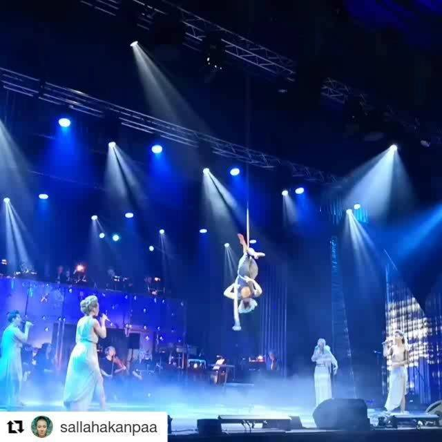 Aaahh this was awesome collaboration with Underwater Aerialist Circus Artist Salla Hakanpää - Breathtaking Pieces of Art and Vantaan Viihdeorkesteri and TUULETAR - Vocal Folk Hop on #lintsigaala 😍 We got to perform Tuuletar song 'Odotan' (Waiting) wh
