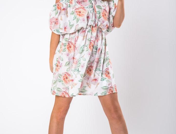 Tiulowa sukienka z odkrytymi ramionami
