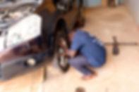 Pali als angehender Automechaniker beim