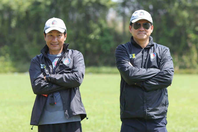 Chuyên gia Masahiro Shimoda (trái) tạm thời thay thế HLV Vũ Tiến Thành chỉ đạo Sài Gòn FC tập luyện