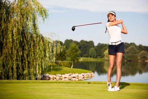 Golfspielerin-Golfplatz-Abschlag.jpg