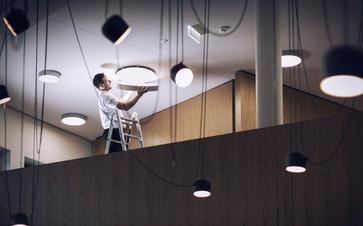 Elektro-Installateur-Lampenmontage-03.jp