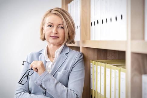 Portrait-Business-Frau-Regal.jpg