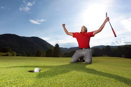 Golfspieler-Sieger-Ball-einlochen.jpg