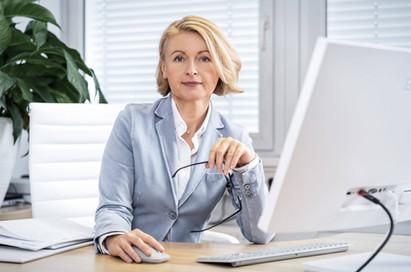Portrait-Geschaeftsfrau-Schreibtisch.jpg