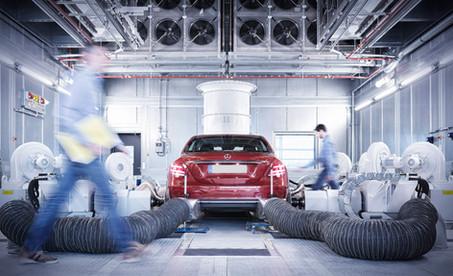 Arbeiter-in-Fahrzeugpruefzelle.jpg