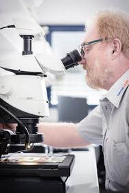 Labor-Mann-Mikroskop-Papier.jpg