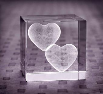 Glaswuerfel-3D-Gravur-Herzen.jpg