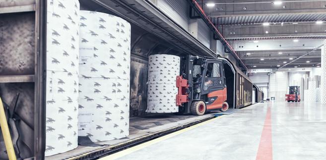 Hubstapler-transportieren-Papierrollen.j