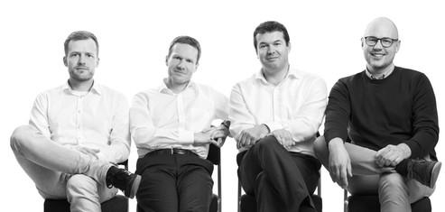 Gruppenfoto-Business-Team-sitzend.jpg