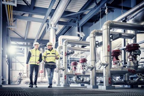 Arbeiter-Schutzbekleidung-Fabrik-Rohre.j