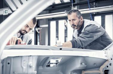 Arbeiter-pollieren-Auto-Produktionsstras