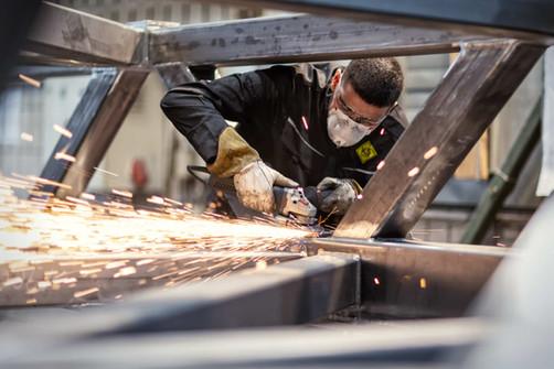 Stahlarbeiter-schleift-Stahlkonstruktion