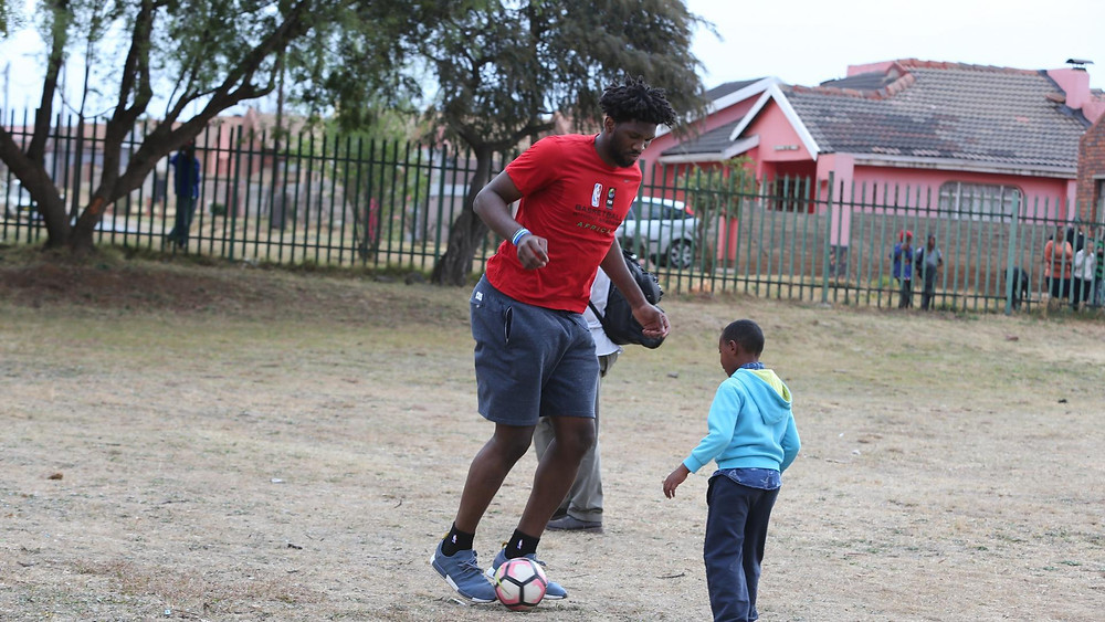 Joel Embiid gioca a calcio nel suo paese natale