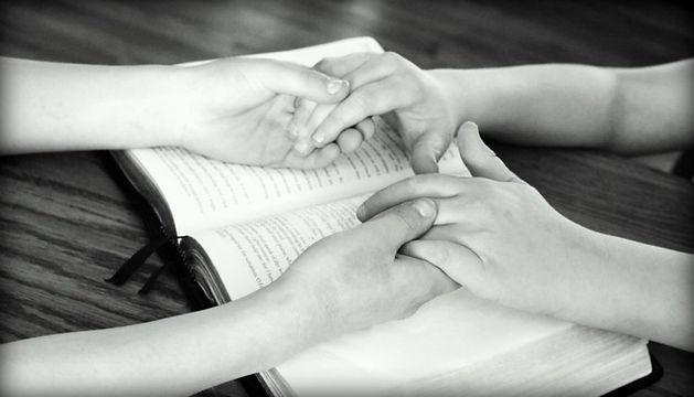 holding-hands-752878_1920-940x538.jpg