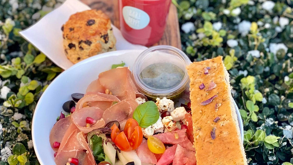 Lunsjpakke salat, drikke og bakevare