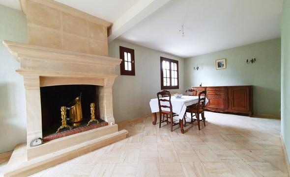 maison-avec-cheminee-en-pierre.jpg