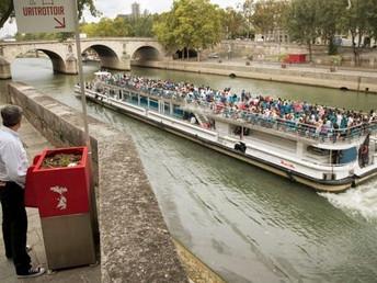 Os polêmicos mictórios instalados ao ar livre em pontos turísticos de Paris