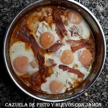Cazuela de pisto y huevos con jamon-WEB.
