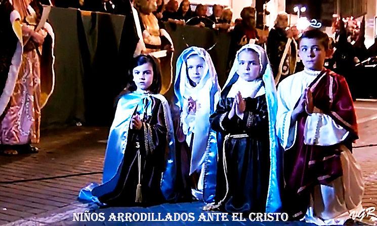 PP-15-Niños_arrodillados_ante_el_Cristo-