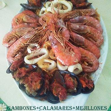 Gambones+calamares+mejillones sobre fide